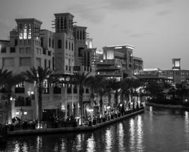 Madinat Jumeirah in zwart-wit